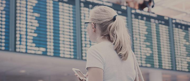 Tyttö lentokentällä